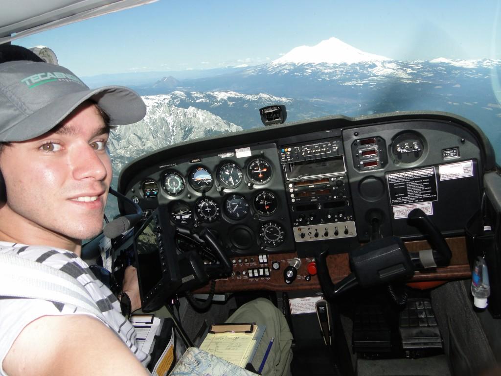 Gustavo Henrique na cabine de voo do monomotor utilizado para cruzar as Américas.