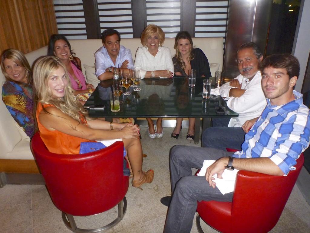 Jantando com Hebe Camargo em um restaurante em Miami