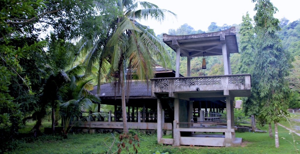 Apesar da acomodação simples, o monastério é envolto por uma natureza exuberante, montanhas rios de água quente, coqueiros e frutas tropicais.