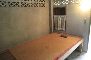 A cama durante o retiro, com travesseiro de madeira