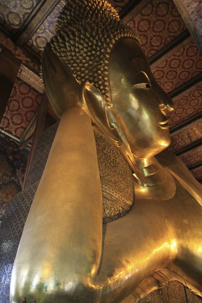 Gigantesco buda deitado no templo de Wat Pho em Bangkok