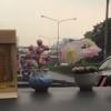 Taxi cor de rosa choque por fora. O motorista ao seu lado direito te leva a Kao San Road.