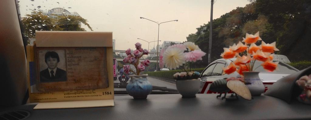 Visão do passageiro em um táxi em Bangkok
