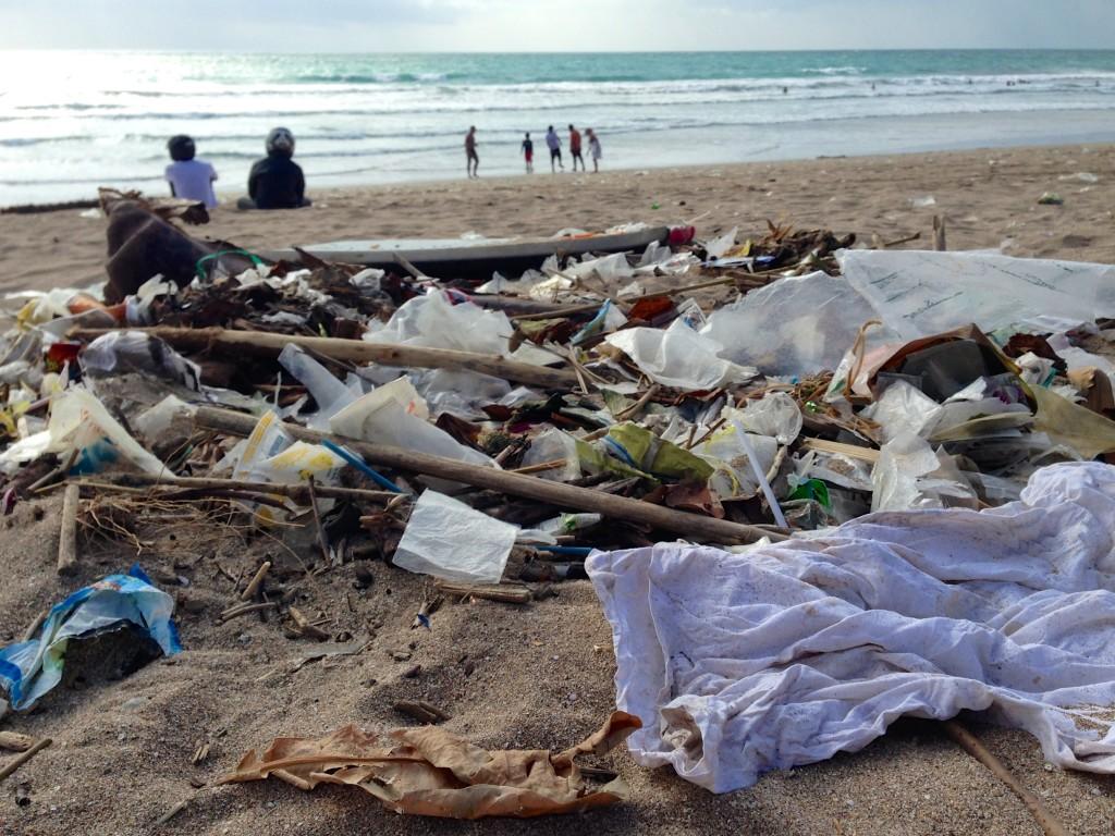 lixo espalhado na praia de Kuta em Bali, indonesia