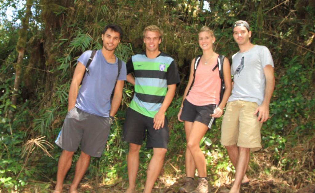 Rafael, nossos novos amigos Toby e Eva e eu na floresta em Cameron Highlands