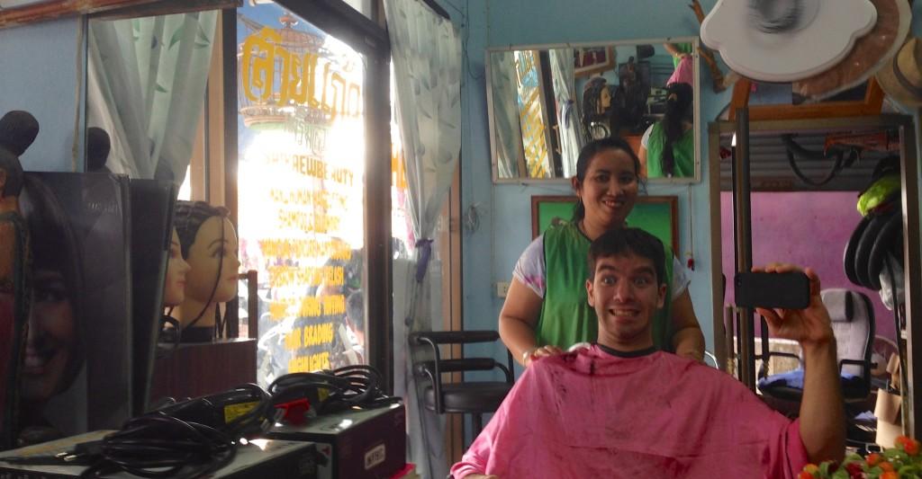 Em um salão de beleza na Tailândia com a cabeleireira que corto meu cabelo.