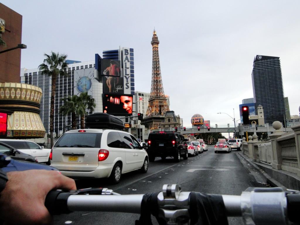 Competido de bicicleta por em espaço entre limousines e ferraris na Strip de Las Vegas