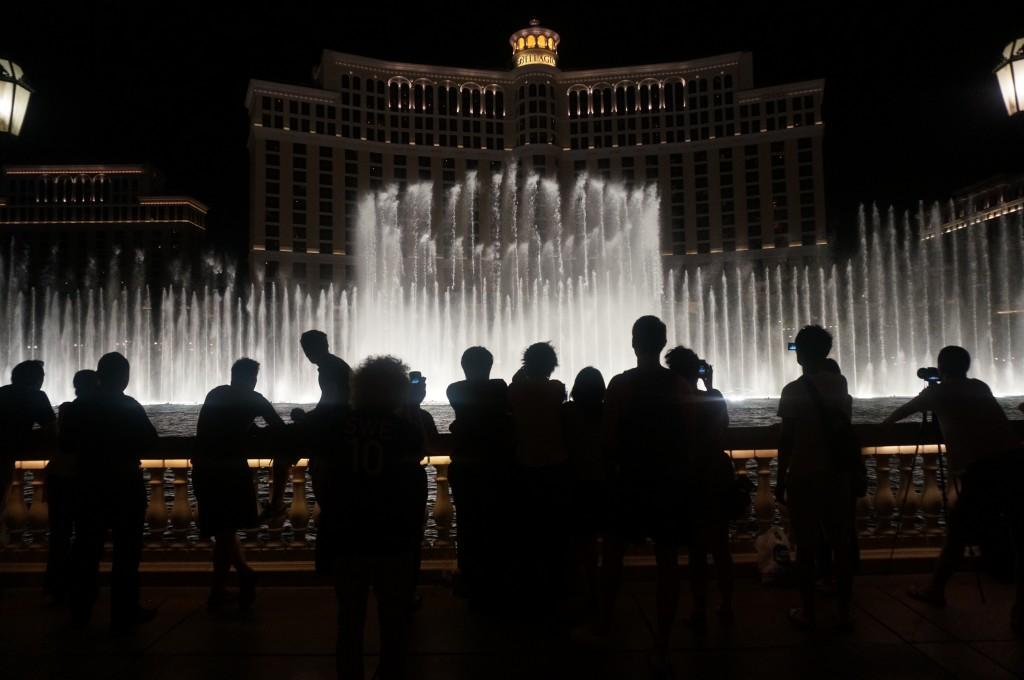 Turistas vendo a apresentação das águas dançantes em Las Vegas