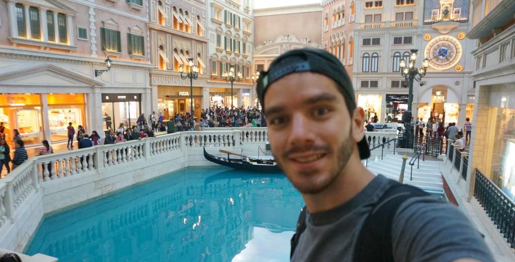 Eu, horas antes dentro do cassino que me deixou milionário - Em Macau
