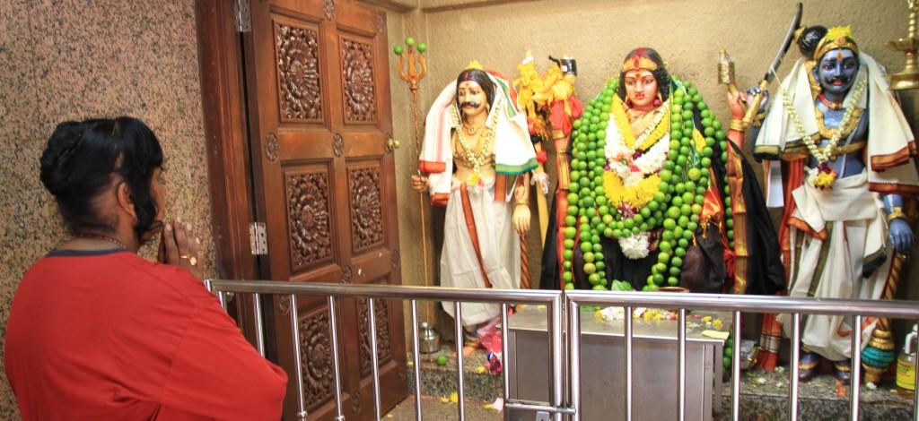 Indiana fazendo suas preces em um templo hindu em Kuala Lumpur