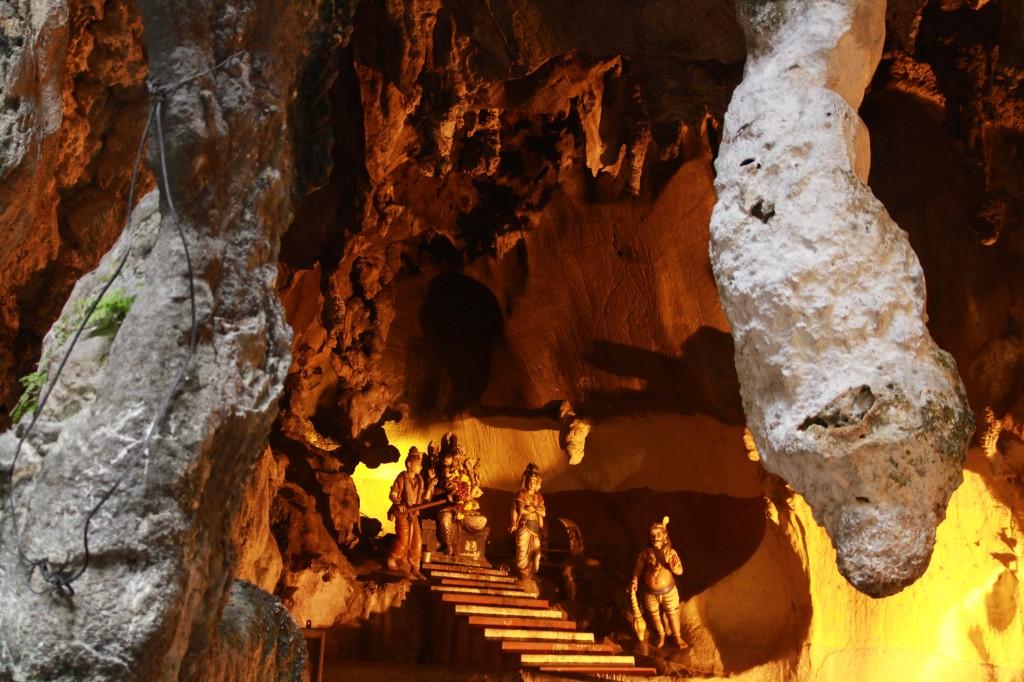 Em uma caverna, (Batu cave) perto de Kuala Lumpur, imagens e símbolos hindus.