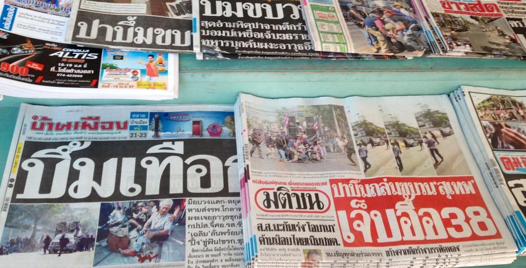 As notícias nos jornais locais - em tailandês.