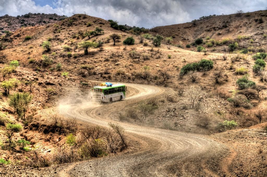ônibus nas curvas das estradas da Etiópia