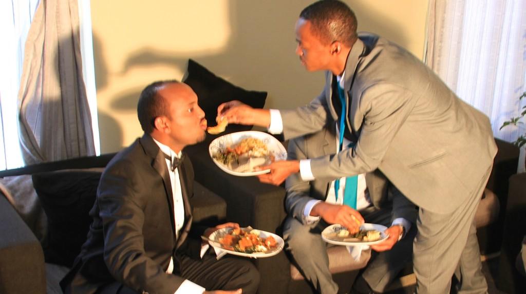 Um amigo dando comida na boca do noivo