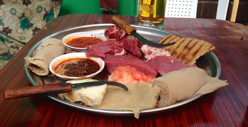 Carne crua para comer com pimenta das mais bravas! Essa massa enrolada e a tal da Injera!