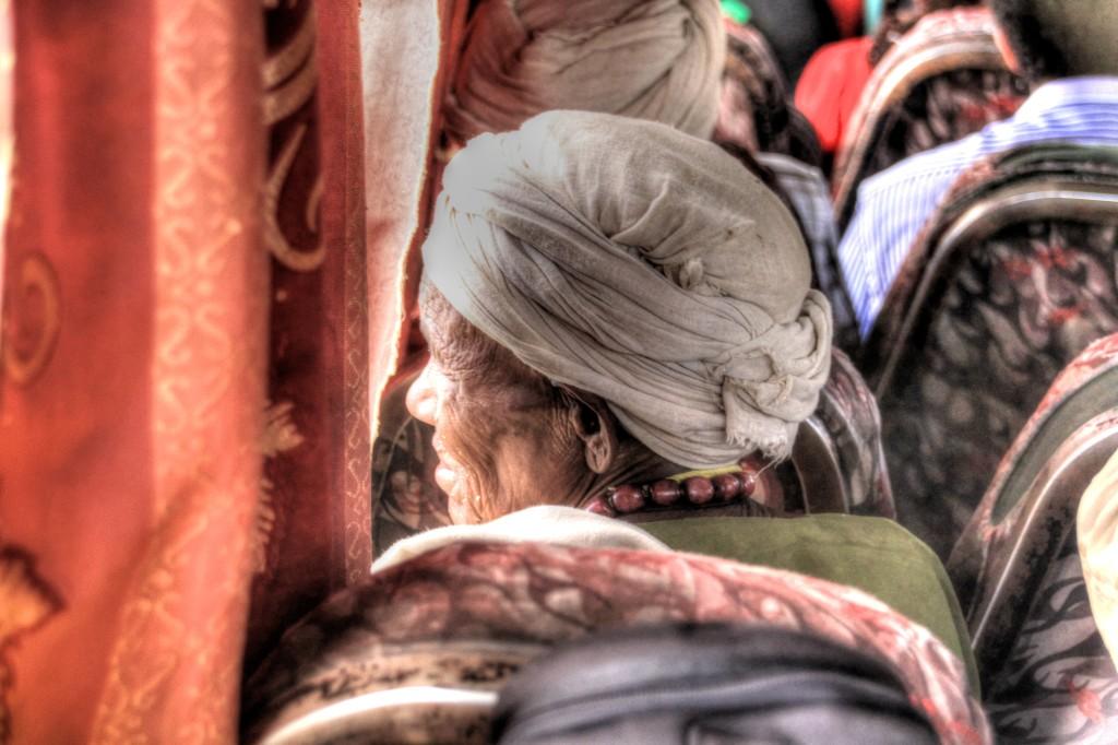 Interior do ônibus na Etiópia