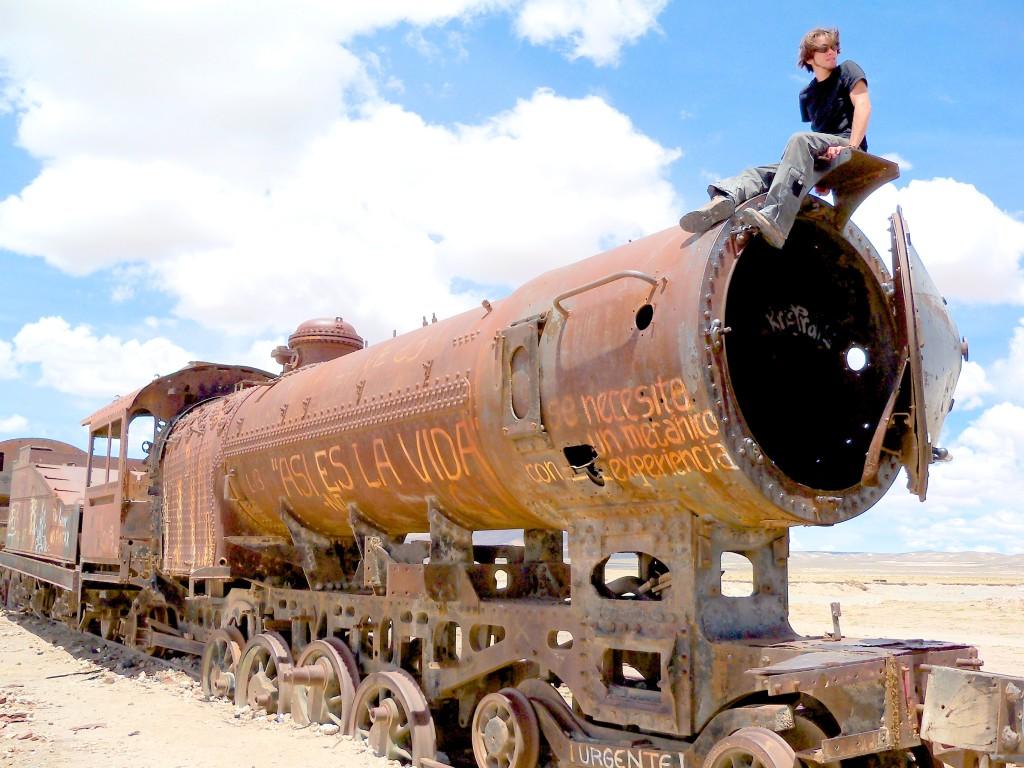 """""""Asi es la vida"""", """"Se necesita um mecanico con experiencia escrito em um trem abandonado em um deserto da Boívia"""