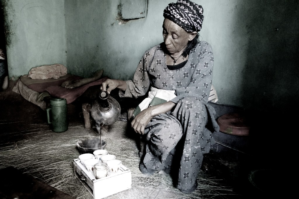 Mulher etíope servindo café durante uma cerimônia na Etiópia
