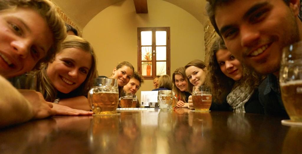 Amigos do couchsurfing em um bar em Praga, na República Tcheca