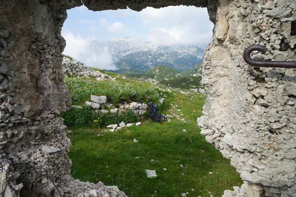 Escombros dos abrigos para os soldados italianos da Primeira Guerra Mundial. Parque Nacional de Triglav
