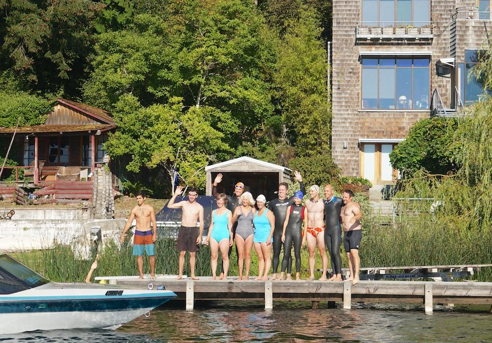 Amigos e familiares da Barb, antes de pularem no lago Sammamish em sua homenagem
