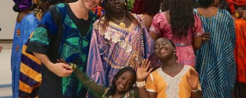 eu e minhas amigas da Gâmbia em traje típico