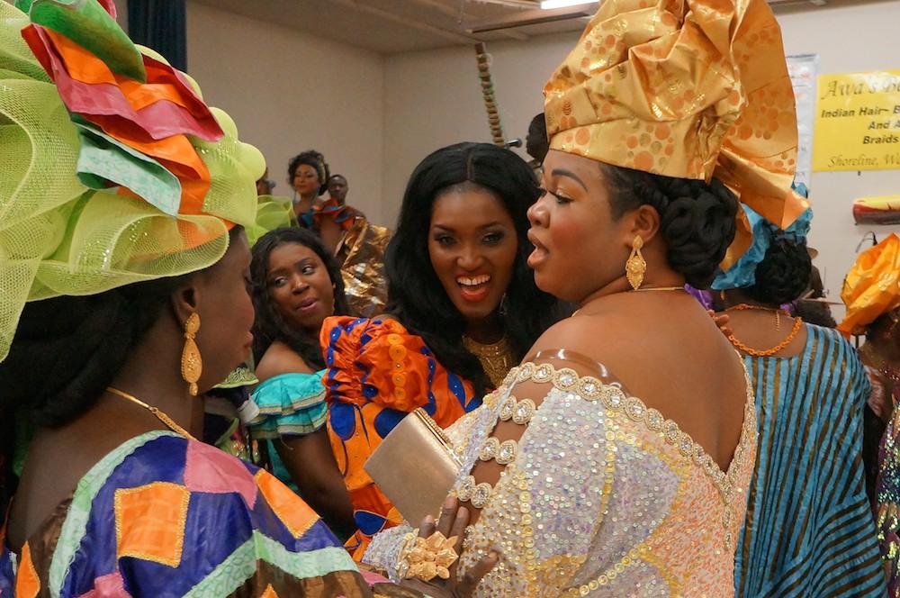 mulheres em trajes coloridos e chamativos para um concerto de música da Gâmbia