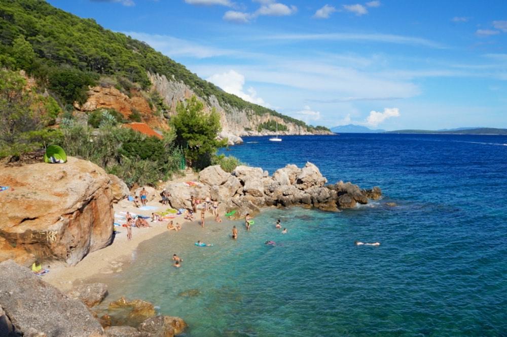 Praia na ilha de Hvar, Croacia