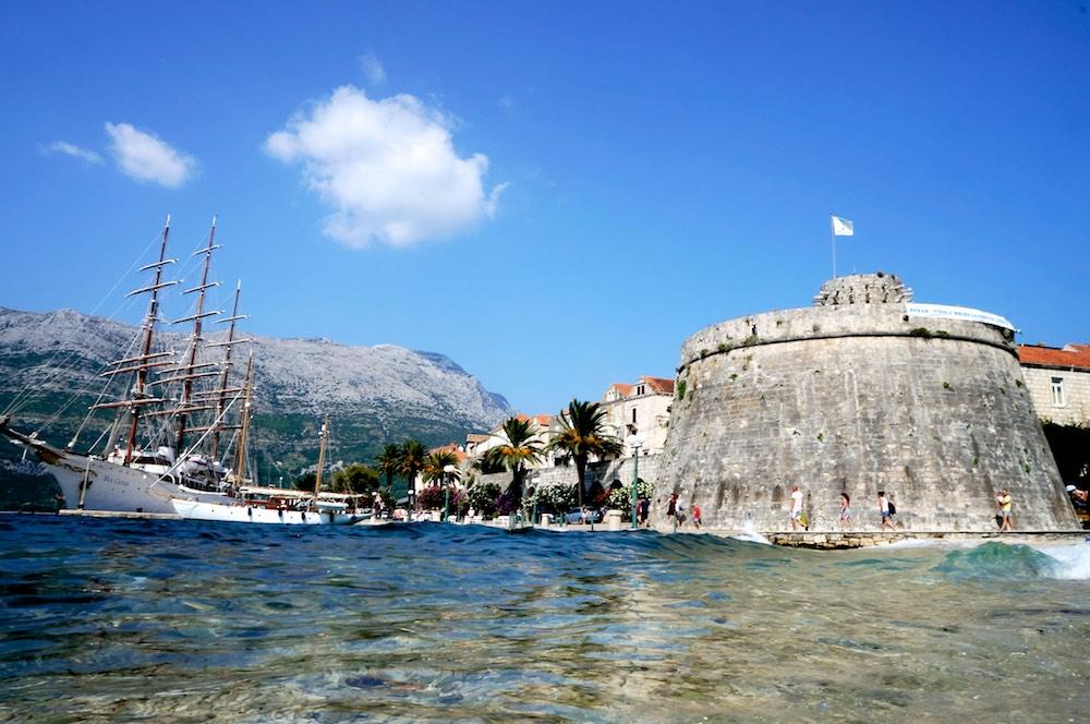 Outra prainha e a marina de Korcula na Croácia