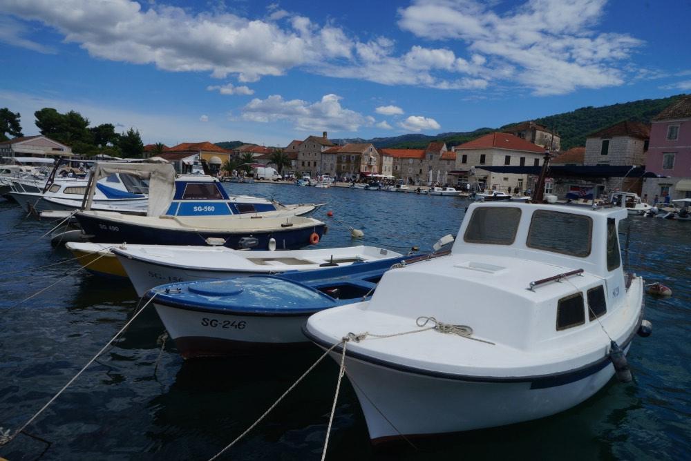 O centro de Stari Grad e sua marina, Hvar, Croacia