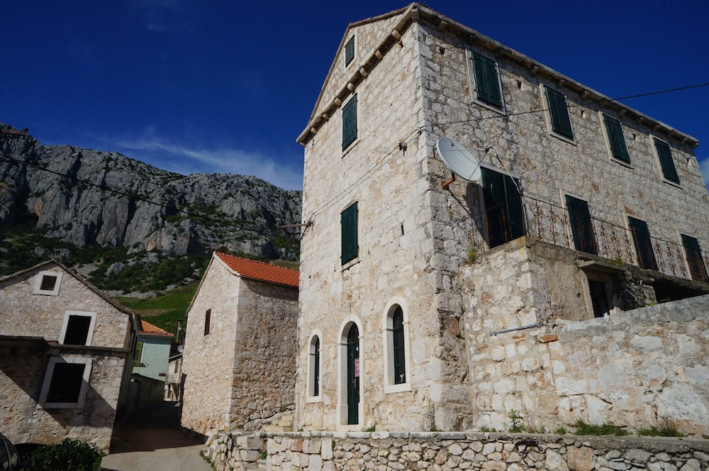 Alugamos um carro em Stari e Grad e fomos explorar a ilha. Essas construções estão entre a montanha e o mar na ilha de Hvar.