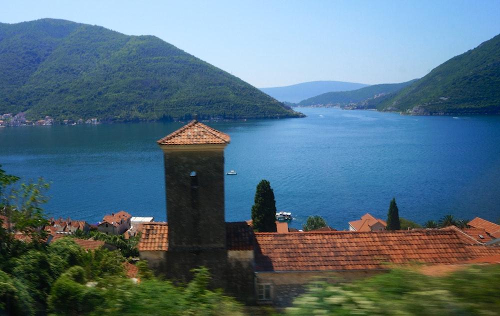 Foto que tirei do ônibus ao aproximar de Kotor em Montenegro.