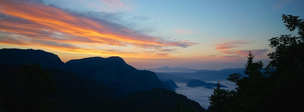 Alojamento no alto dos alpes eslovenos com o nascer do sol