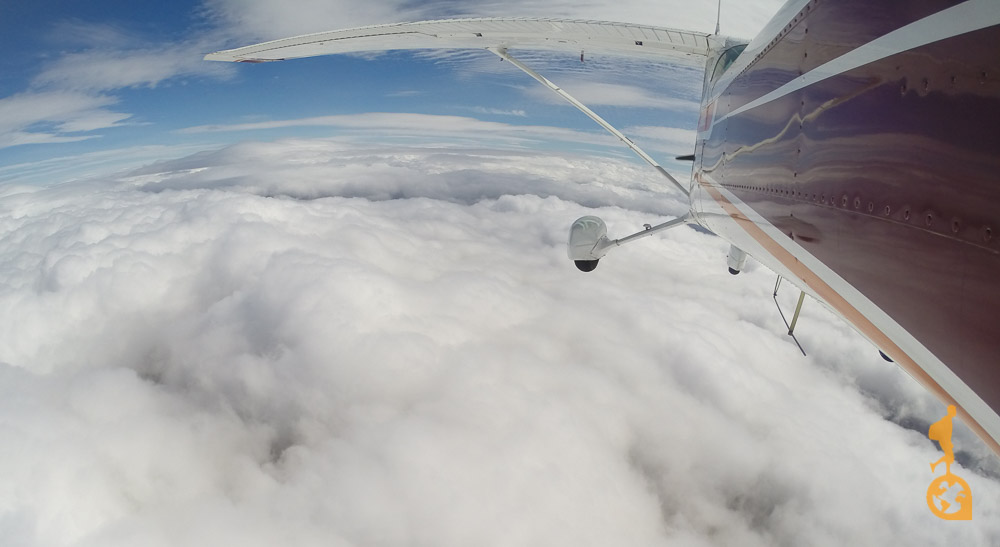 Cessna 172 voo à cima das nuves