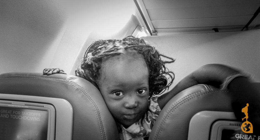 criança africana de 3 anos dentro do avião